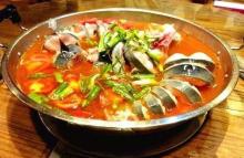 主に川魚の鯰を材料にする火鍋――酸湯魚で、ほどよい酸味が特色である。出来上がった魚と野菜を唐辛子と醤油をかけてたべる。ミャオ族の料理であったが、今はミャオ族だけではく貴州人の大好物になった。