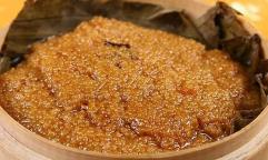 「小米渣」という甘いデザート。「小米」というのは粟のことである。粟の中に豚肉の脂身を小さく切って入れて調味する。蓮の葉っぱで包んで蒸す。