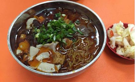 「腸旺麺」という貴陽人の朝御飯の一つ。「腸」は豚の腸で、「旺」は豚の血。昔の人々が貧しくて、豚のもつを捨てることを惜しんで、麺類と一緒に煮て食べたが、今でもその食べ方が残されてきました。